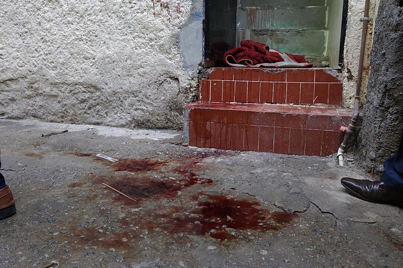 Marca de sangue na porta de uma residência no bairro do Jacarezinho: 24 vítimas ainda não foram identificadas - Voz das Comunidades. Fonte: Brasil de Fato.